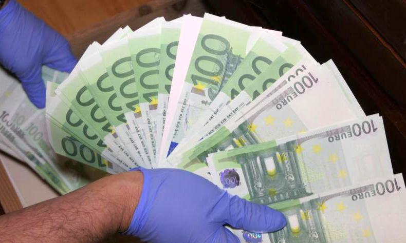В отеле на берегу Черного моря подделывали доллары и евро