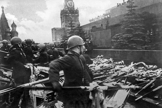 Парад Победы в Москве (Флаги у Кремлёвской стены)